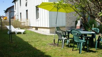 jardin avec chaises longues.