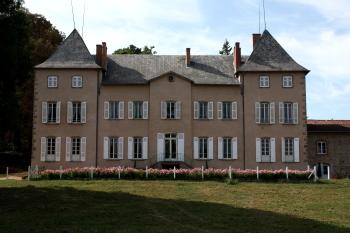 Façade du Château de Chambost, vue du village