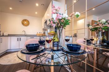 Sapphire Apartment - Southampton - Dining area