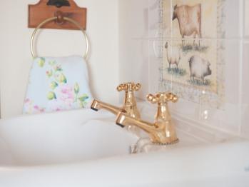 Sink in bedroom in Frankaborough cottage