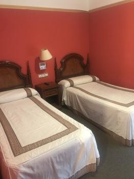 Detalle habitación doble con dos camas