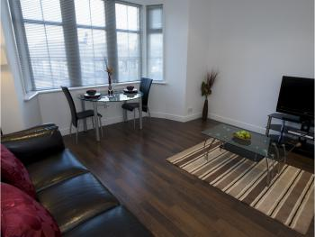 Aberdeen Serviced Apartments - The Lodge - Living Room