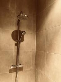 alle de bain, Chambre Forêt, Instant La Ferme avec sa douche, sa baignoire, son grand vasque et son coin repos