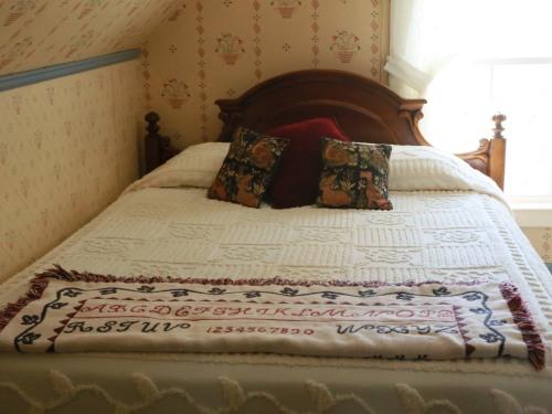 Queen-Ensuite-Standard-Room with queen size bed
