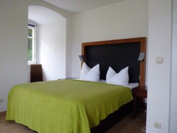 Doppelbett oder zwei Einzelbetten-Budget-Ensuite Dusche-Bergblick-Forsthaus 6