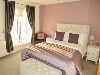 Room 5: 1x Double Bed with En-suite