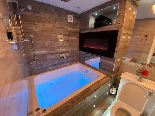 Designer-Suite-Jacuzzi-Apartment 25