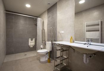 amplio baño adaptado