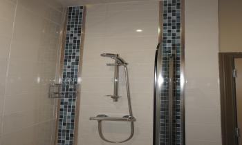 Bath with shower in ensuite