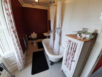 1st Floor Double Room Bathroom