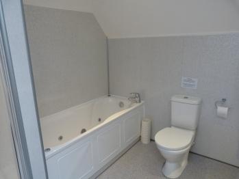 Room 9 ensuite jet spa bath
