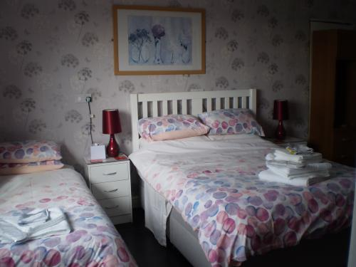 Triple room-Standard-Ensuite with Shower-Courtyard view-Tysilio - Rose Room  - Base Rate
