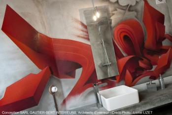 Détail de décoration : tag sur le mur dela salle de bains