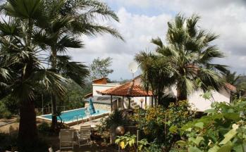 Blick von der Straße aus aufs Haus mit Pool © Ferienwohnung Casa Belle Vacanze