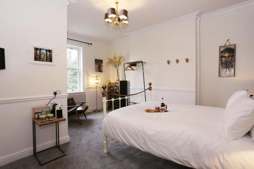 King-Large-Ensuite with Shower-Courtyard view-2nd Floor - Bed and Breakfast