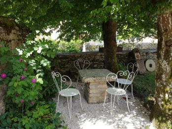 table et chaises à l'ombre