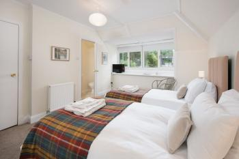 Twin Room En-suite with Shower Bed and Breakfast
