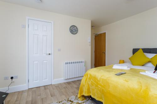 Flat 1-Apartment-Ensuite-Street View - Airbnb