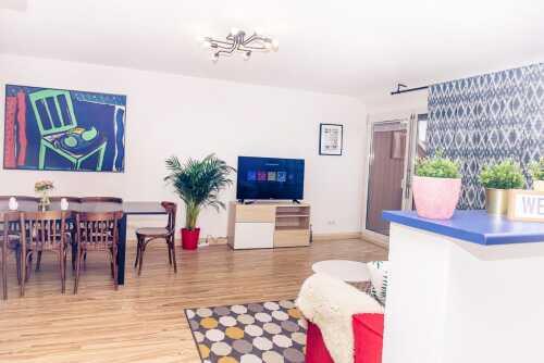 Wohnzimmer mit Esstisch, Schlafsofa, Fernseher mit Netflix Abo