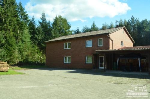 Unser Gästehaus mit Parkplatz und Carport
