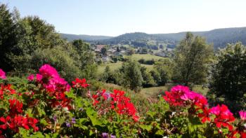 Vue le petit village de Liézey et sur les montagnes