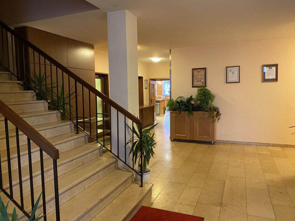 Treppenaufgang zu den Zimmer und der Durchgang in die Wirtschaft.