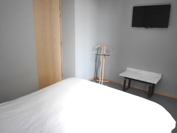 Chambre avec lit double et TV