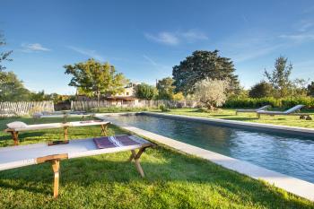 Chaises longues et bains de soleil pour profiter de la piscine