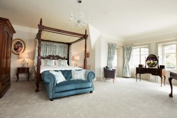 Suite-Deluxe-Ensuite-Four Poster Bed