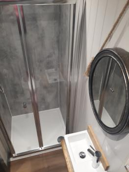Springwood Shepherd Hut Bathroom