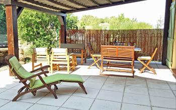 Terrasse avec salon et barbecue plancha, côté piscine