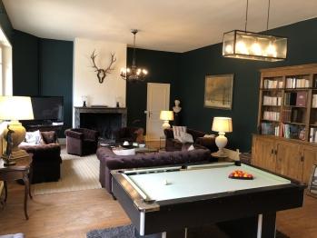 Instant la Ferme et son salon avec billard, piano et cheminée