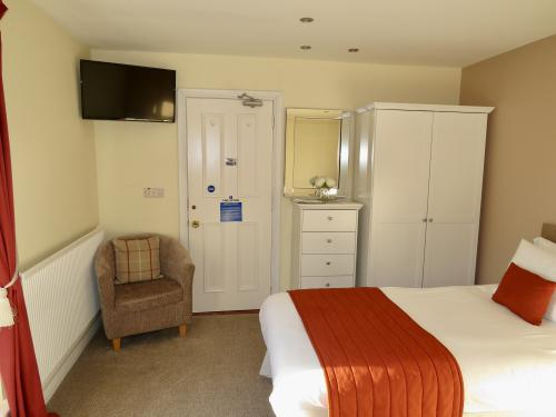 Room 4: Adjoining rooms, 1x Double in each with En-suite