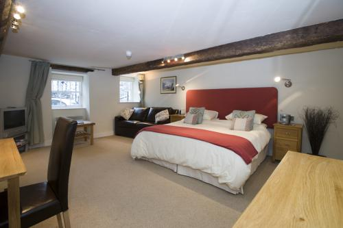 Double or Twin-Executive-Ensuite with Bath-Street View-Beaumaris  bath & shower  - Base Rate