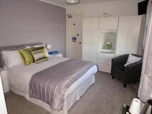 Room 3: Adjoining rooms, 1x Double in each with En-suite