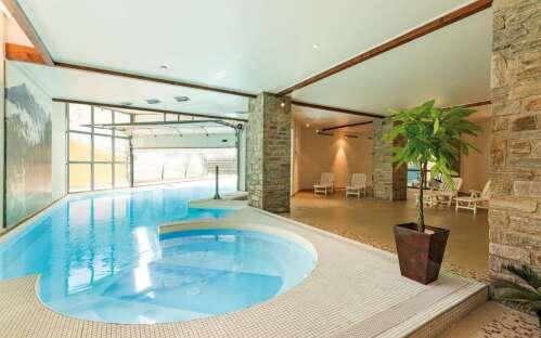 Vue piscine depuis l'interieur avec bain a remous