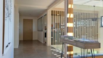 Villa Lascaux - Floor landing and art gallery