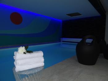 La piscine éclairée le soir