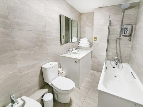 luxury clean full bathroom