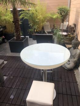 Table led avec vue sur le jardin de Thaïlande et salon de jardin