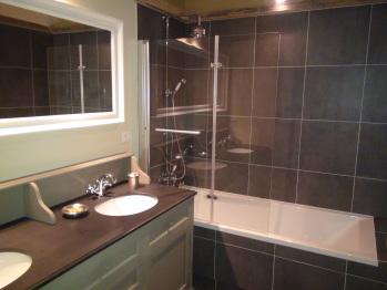 Salle de bain chambre chasse à tir avec baignoire-douche, double vasque et wc
