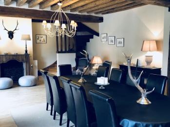 Instant la Ferme et sa salle à manger avec cheminée