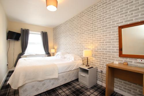 Twin room-Ensuite with Bath-and Shower