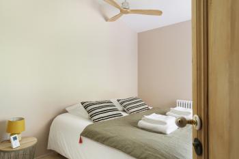Chambre 2 avec un ventilateur au plafond et un lit double en 160 cm