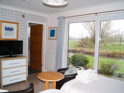 Pearl Riverside Room ensuite. (GUESTS MAY PUSH THE TWIN BEDS TOGETHER ON ARRIVAL TO MAKE A VERY COMFORTABLE KING-SIZED) available as a Twin or Single-(if using both beds £10 supp)