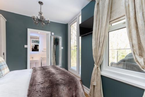 Romantic-Double room-Ensuite with Shower-Decked Balcony-Woodland view