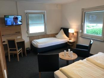 Dreibettzimmer-Eigenes Badezimmer-Blick auf den Hof - Nur Zimmer