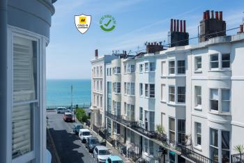 Brighton Marina House Hotel - Street view to to the beach