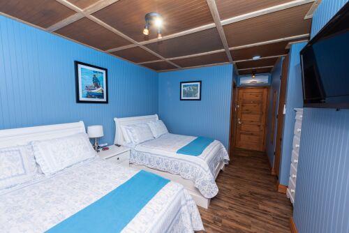 1. Chambre avec 2 lits doubles.