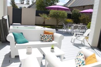 Terrasse avec espace détente, Spa, coin repas et petit jardin